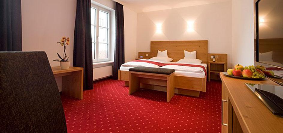 Fühlen Sie sich wie zu Hause in unseren modernen, gemütlichen Zimmern.